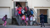 Alumnes entrant en una escola, a Girona