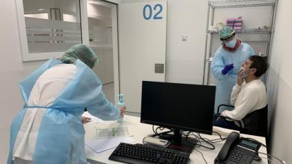 Un home se sotmet a una prova de Covid-19, a l'Arnau de Vilanova de Lleida