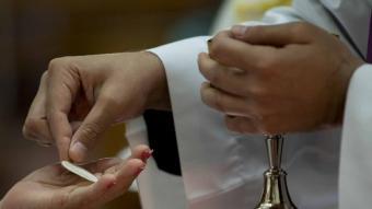 Detall d'una comunió, durant una missa catòlica