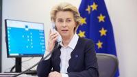 La presidenta de la CE, Ursula von der Leyen, parlant per telèfon en una imatge d'arxiu