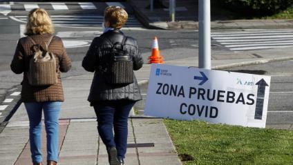Un cartell indica el camí cap a un cribratge de Covid, a Galícia