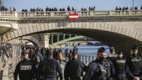Agents de policia durant l'operatiu per desallotjar els molls del Sena, aquest dissabte a París
