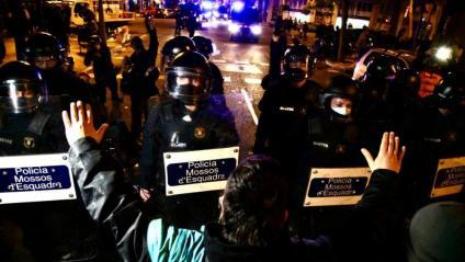 Un manifestant, davant la línia policial que tallava el carrer Roger de Flor
