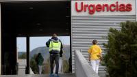 Un agent de policia a l'entrada de les Urgències de l'Hospital Príncipe de Asturias, on ha tingut lloc el crim