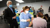 El conseller de salut madrileny, Enrique Ruiz Escudero, visitant aquest dissabte un punt de vacunació de la Covid-19