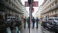 Agents de la policia francesa vigilen l'entrada al 'Palau Vivienne', propietat de  Pierre-Jean Chalençon