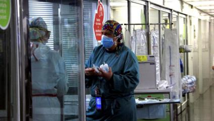 Professionals sanitaris, treballant a l'UCI de l'Hospital del Mar de Barcelona