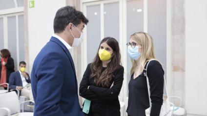 Sergi Sabrià (ERC),  parlant amb Elsa Artadi (JxCat) abans del ple d'investidura del passat 26 de març