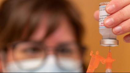 Una sanitària prepara una dosi de la vacuna de Moderna