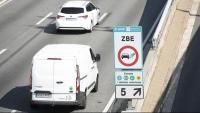 Un cartell avisa de la zona de baixes emissions, a Barcelona