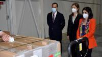 La ministra espanyola de Sanitat, Carolina Darias, supervisant ahir la primera partida de vacunes Janssen contra la Covid-19