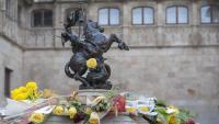 El brollador del Pati dels Tarongers, engalanat amb roses de diversos colors en una diada Sant Jordi