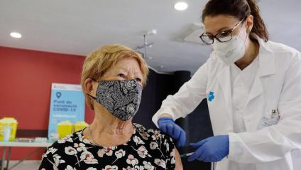 Una dona rep una de les primeres vacunes de Janssen, a Barcelona
