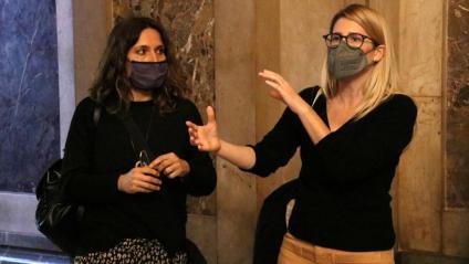 Les diputades Laura Vilagrà (ERC) i Elsa Artadi (JxCat), aquest dijous als passadissos del Parlament