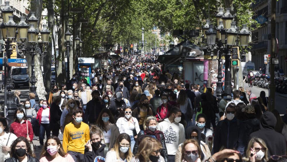 La Rambla de Barcelona, plena de gent aquest Sant Jordi