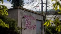 """Una pintada amb el missatge """"Putin marxa a casa"""", a tocar de l'Ambaixada russa a Praga"""