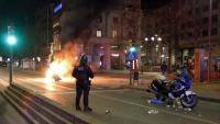 Un agent dels Mossos a l'avinguda Blondel de Lleida, durant els aldarulls del passat 16 de febrer