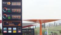 Imatge d'arxiu d'una benzinera, amb els preus de la gasolina i el gasoil