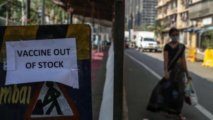 Un cartell informa que s'han acabat les vacunes, a Bombai