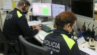 Dos agents de la Policia Local de Blanes, a la sala de càmeres