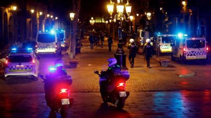 Efectius de la Guàrdia Urbana dissabte a la nit al Passeig del Born de Barcelona, en l'interval entre el toc de queda i el final de l'estat d'alarma