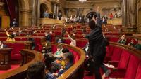 Vista del darrer ple al Parlament, amb part dels diputats asseguts a la tribuna de convidats