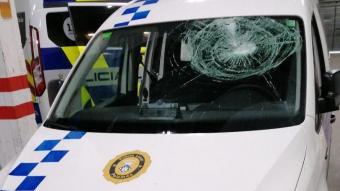 Imatge del vehicle atacat, amb el parabrises esquerdat