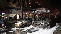 Vehicles destrossats per l'impacte d'un coet a Holon, a prop de Tel Aviv