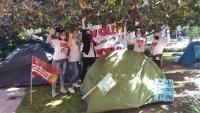 Famílies i treballadors de l'Acadèmia Cultura, acampats davant Educació