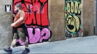 Un home amb mascareta, passejant per Barcelona
