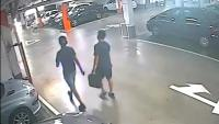 Captura del vídeo on es veu els dos detinguts actuant en un aparcament a Barcelona