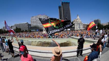 Vista panoràmica de la plaça de Colón de Madrid, durant la mobilització d'aquest diumenge contra els indults als presos polítics