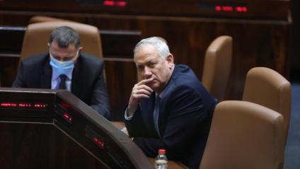 Benjamin Netanyahu (d), durant la sessió parlamentària on ha estat destituït com a primer ministre d'Israel