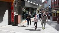 Diverses persones passegen amb mascareta pel Pas de la Casa, a Andorra