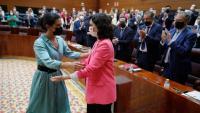 La presidenta de la Comunitat de Madrid, Isabel Díaz Ayuso (d), rep la salutació de la líder de Vox a l'Assemblea, Rocío Monasterio (e)