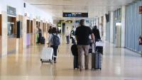 Passatgers a la zona d'arribades de l'aeroport de Girona, en una imatge recent