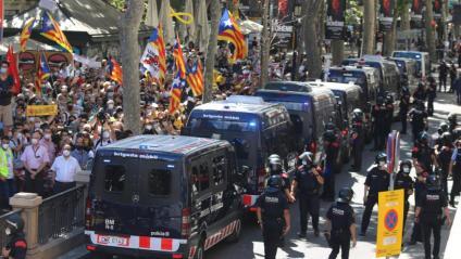 furgonetes dels Mossos d'Esquadra blindant l'entrada al Liceu