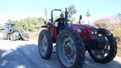 Un dels tractors que s'ha afegit a la mobilització, aquest diumenge al Prat de Llobregat