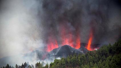 Una de les fissures del volcà, escopint lava