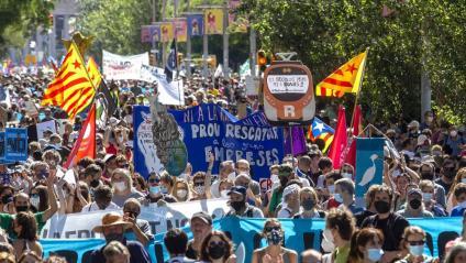 Vista de la manifestació contra l'ampliació de l'aeroport, aquest diumenge a Barcelona