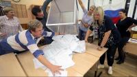 Els membres d'una mesa electoral buiden una urna per començar el recompte a Podolsk, als afores de Moscou