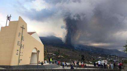 Diverses persones observen l'erupció del volcà de la Palma des del municipi del Paso