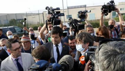 Carles Puigdemont envoltat de periodistes a la sortida de la presó de Sàsser