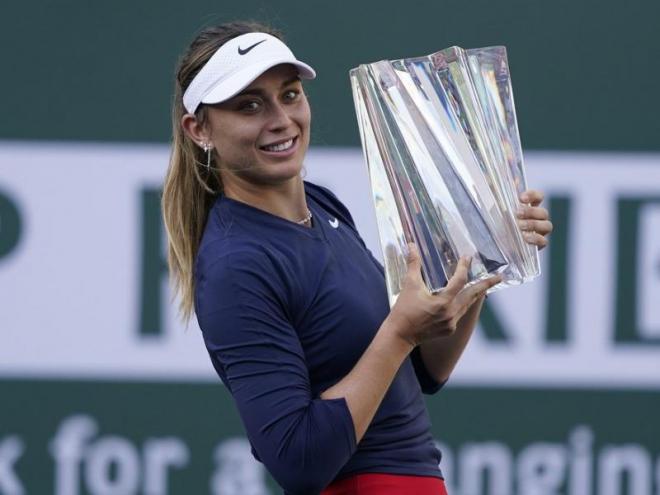 Paula Badosa amb el trofeu.