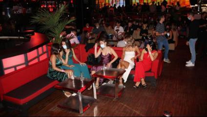 Ambient d'una discoteca barcelonina, en la primera nit després de la reobertura de l'oci nocturn