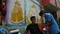 Un home rep una vacuna anticovid a Chennai, a l'Índia