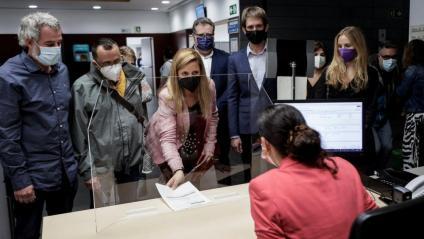 Els regidors David Torrens (JxCAT), Toni Flores (Guanyem), Teresa Gonzalez (PSC), Àlex Montornès (ERC) i Aida Llauradó (En Comú Podem), registren aquest divendres la moció de censura a l'Ajuntament de Badalona