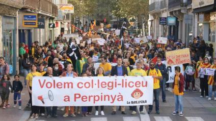 Vista de la manifestació en suport del col·legi-liceu de la Bressola, aquest dissabte a Perpinyà