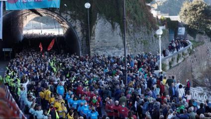 Imatge de la mobilització al punt de sortida, sota el tunel de l'Antigua, a sobre del qual membres de Covite s'han contramanifestat