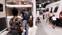 Uns visitants del Saló del Caravaning observen l'interior d'una autocaravana, a la Fira de Barcelona